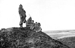 Chalshoat de pie y Puppup sentado junto a sus dos mujeres y la hija de Chalshoat.