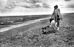 Dos mujeres Selknam mirando la costa atlántica