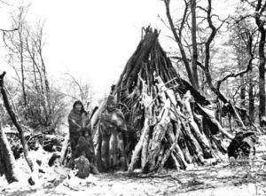 Tenenésk y su mujer frente a su vivienda