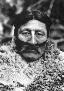Tenenesk cuando fue consejero principal en el Hain, con pintura facial para la lucha.