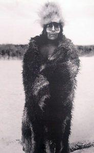 Hombre Selknam con pintura facial y pieles